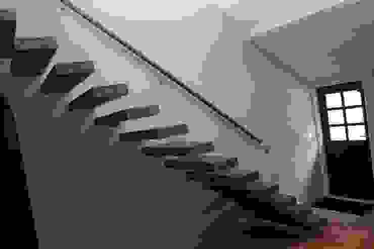 Zwevende eiken houten treden: modern  door Allstairs Trappenshowroom, Modern