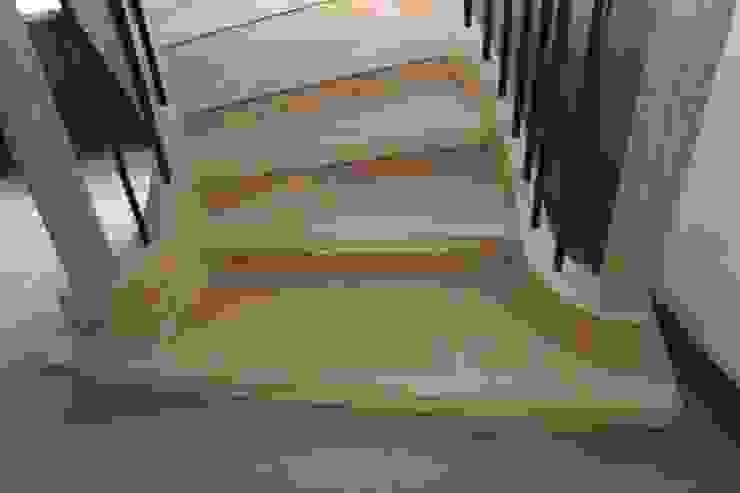 Deze eiken wenteltrap is werkelijk een pracht meubelstuk die uniek is. van Allstairs Trappenshowroom Rustiek & Brocante