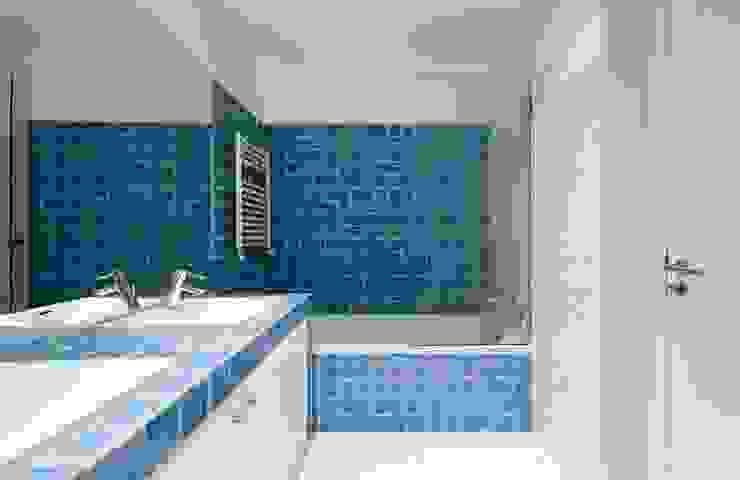 bathroom 09 por ARTE e TECTóNiCA, arquitectura e desenho Lda Eclético