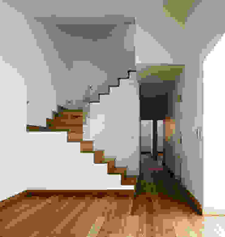 stair & corridor 18 por ARTE e TECTóNiCA, arquitectura e desenho Lda Eclético