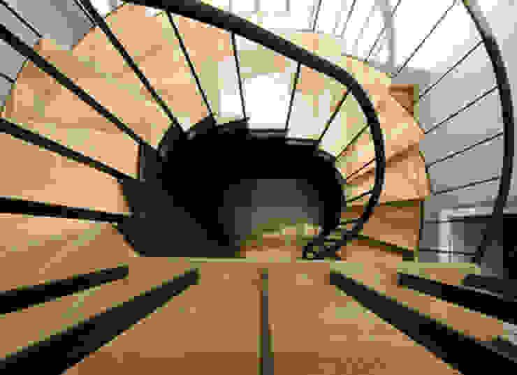 stair 10 por ARTE e TECTóNiCA, arquitectura e desenho Lda Eclético