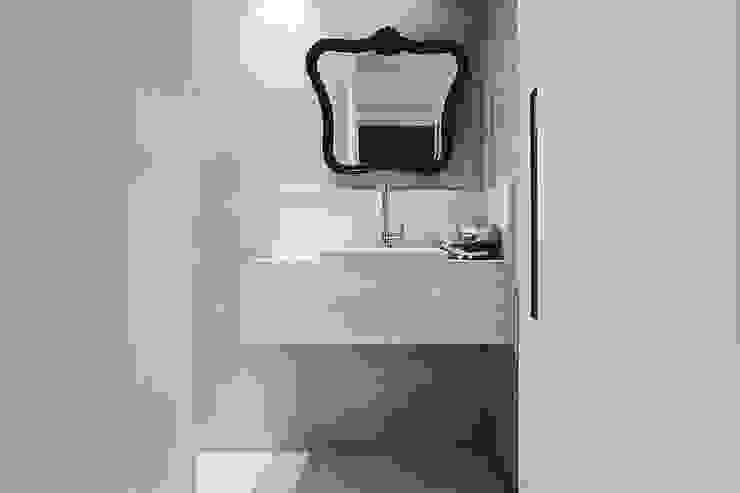 現代浴室設計點子、靈感&圖片 根據 Cerejeira Agência de Arquitetura 現代風
