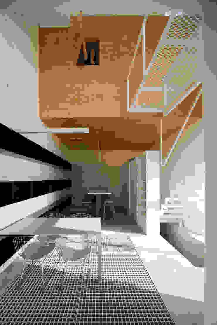 浮かぶ木箱 モダンな 家 の 一級建築士事務所シンクスタジオ モダン