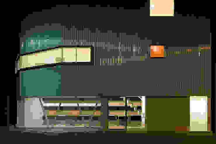 外観夜景 モダンな 家 の 一級建築士事務所シンクスタジオ モダン