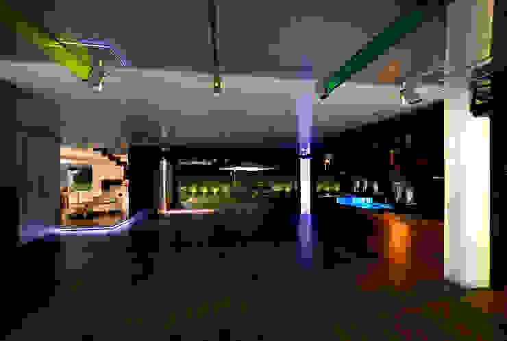 Zona de garaje y de esparcimiento Garajes de estilo minimalista de Duart-Vila Arquitectes S.L.P. Minimalista