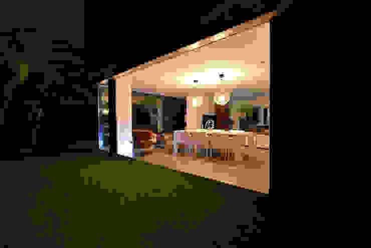 Vista desde el exterior hacia el interior 2 Jardines de estilo minimalista de Duart-Vila Arquitectes S.L.P. Minimalista