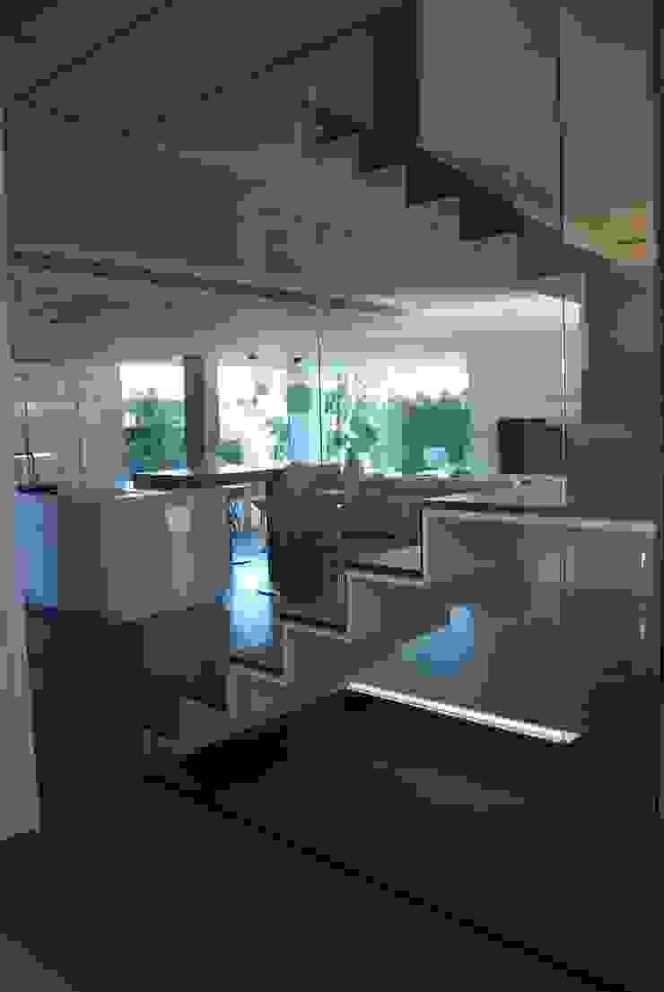 Vista desde la escalera a cocina y salón Salones de estilo moderno de Duart-Vila Arquitectes S.L.P. Moderno