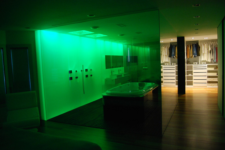 Zona dormitorio principal con baño con cromoterapia Baños de estilo moderno de Duart-Vila Arquitectes S.L.P. Moderno