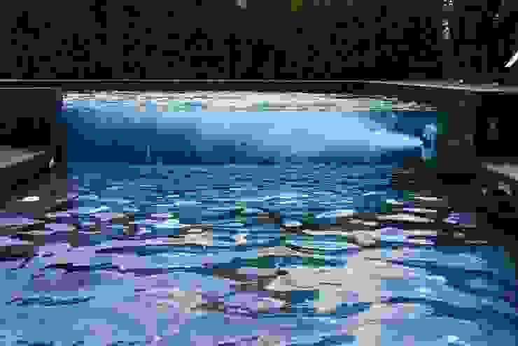 Vista de la piscina, con detalle de los chorros de natación contracorriente Piscinas de estilo moderno de Duart-Vila Arquitectes S.L.P. Moderno