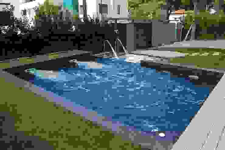 Vista de la piscina Piscinas de estilo moderno de Duart-Vila Arquitectes S.L.P. Moderno