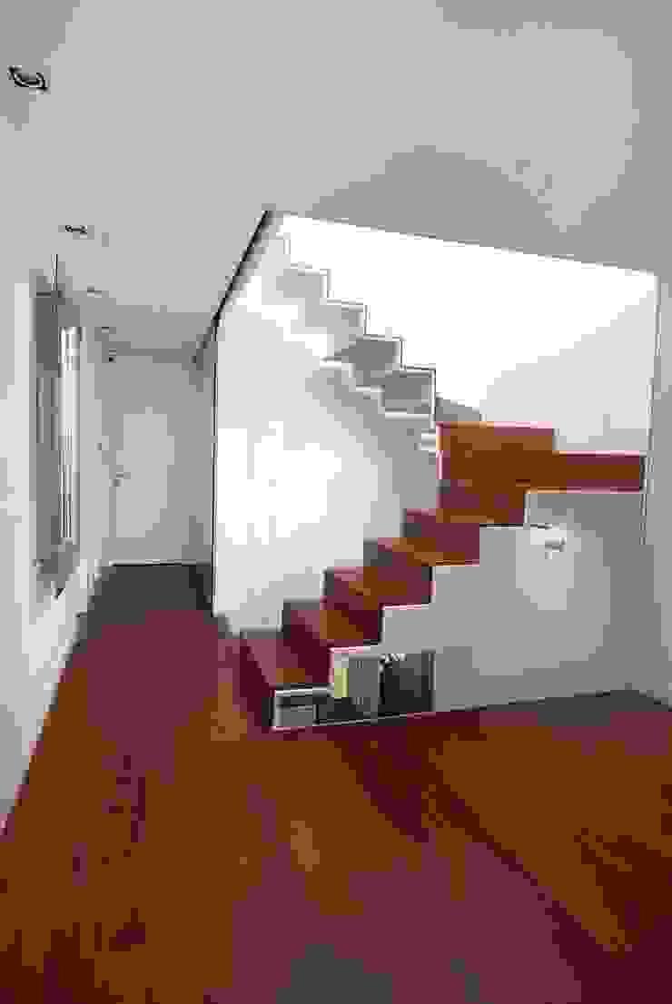 Zona de Escalera Pasillos, vestíbulos y escaleras de estilo minimalista de Duart-Vila Arquitectes S.L.P. Minimalista