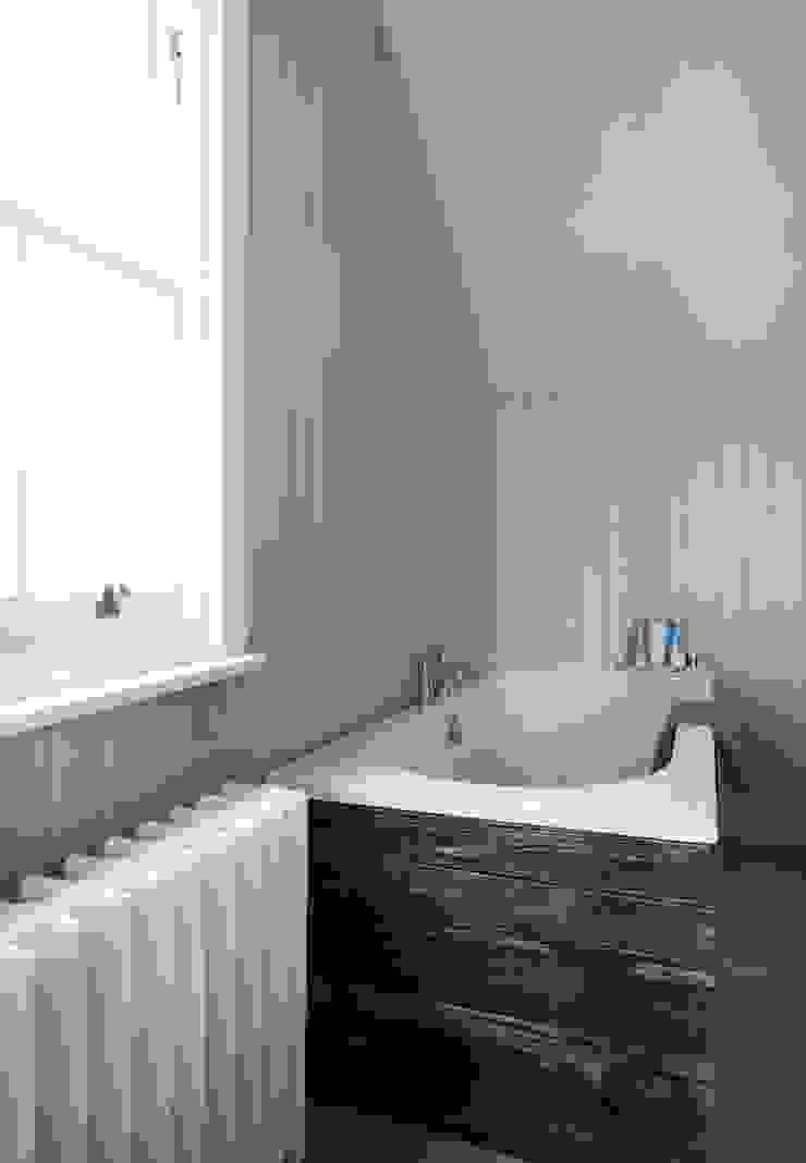 Coastal Townhouse Jude Burrows Interior Design BathroomBathtubs & showers
