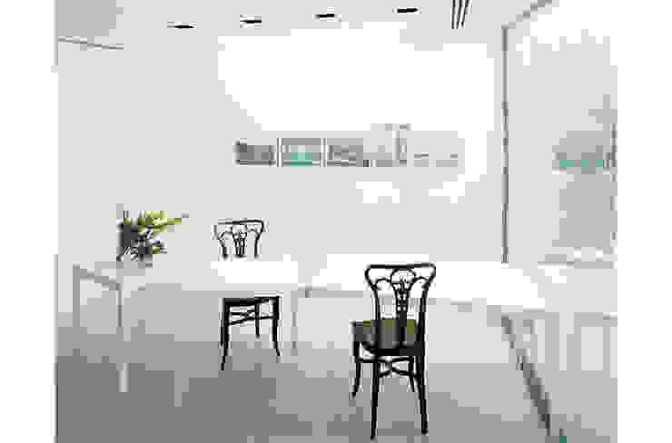 Zona pranzo di 8&A Architetti Moderno