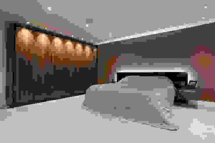 Jacaranda gloss bedroom suite Modern style bedroom by Urban Myth Modern