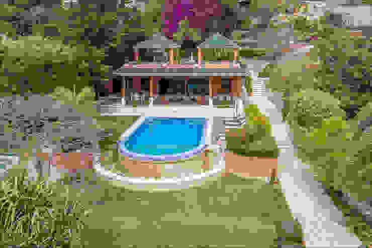 Jardin / piscina / Pabellón (vista desde el solarium de la casa principal) Spa de estilo tropical de Per Hansen Tropical