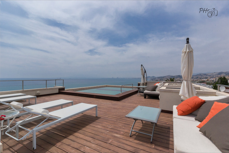 Solarium con vistas al mar y la bahía de Málaga Balcones y terrazas tropicales de Per Hansen Tropical