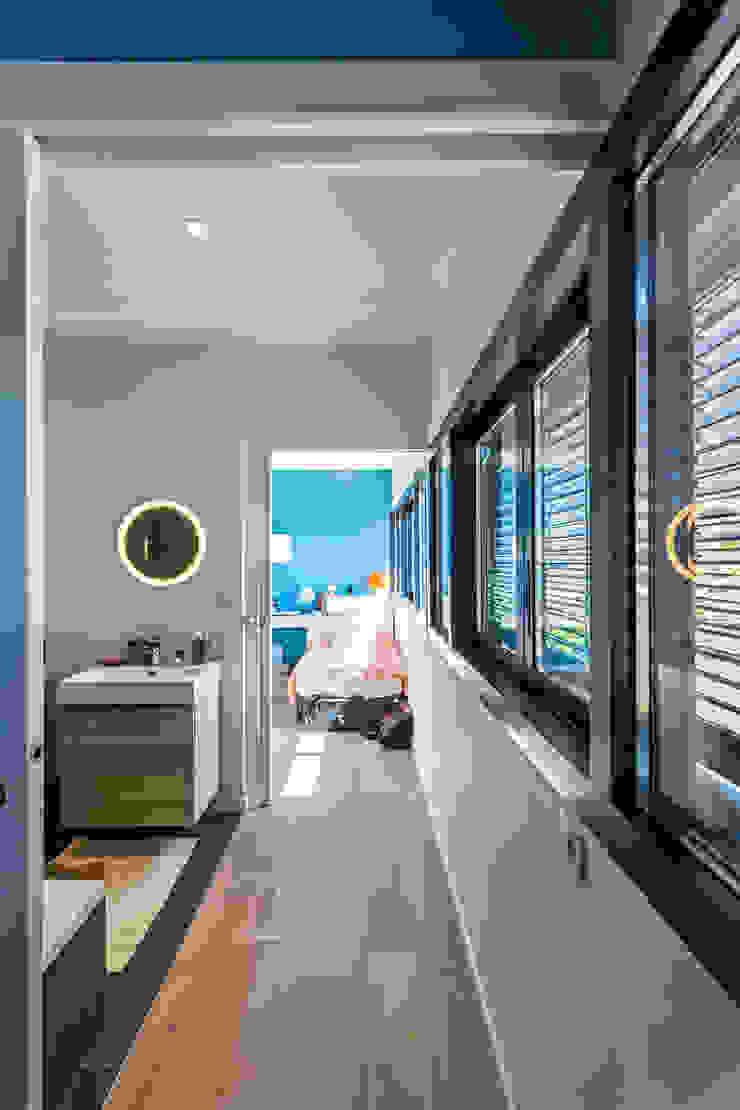 Minimalist bathroom by Hugues TOURNIER Architecte Minimalist