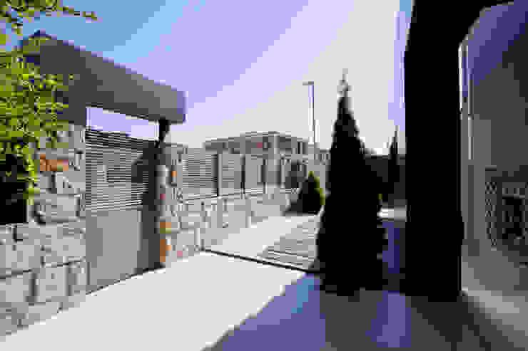 Espacios exteriores ordenados Casas rústicas de IPUNTO INTERIORISMO Rústico