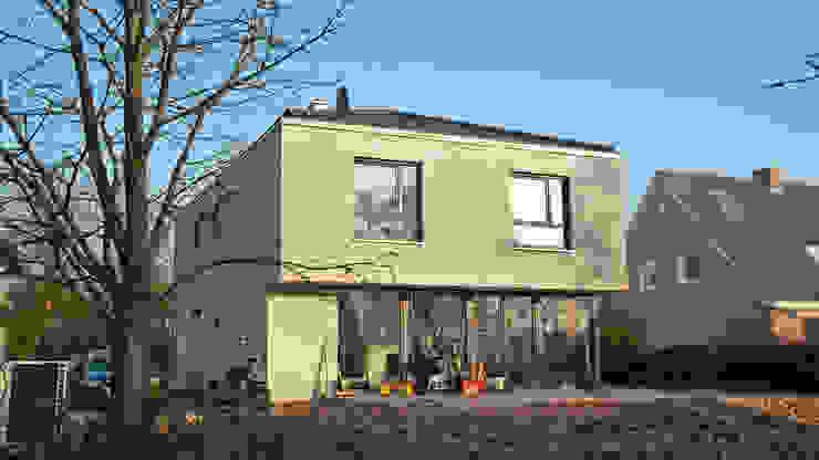 Gartenansicht Moderne Häuser von w+p architekten Modern