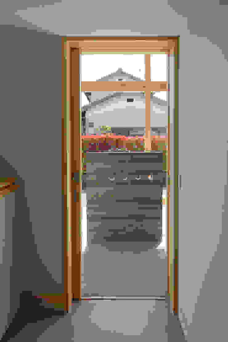 玄関 オリジナルな 窓&ドア の 芦田成人建築設計事務所 オリジナル
