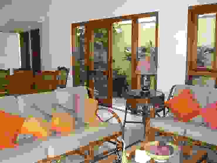 Metamorfose Arquitetura e Urbanismo Tropical style living room