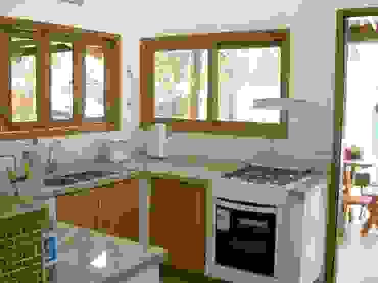Metamorfose Arquitetura e Urbanismo Tropical style kitchen