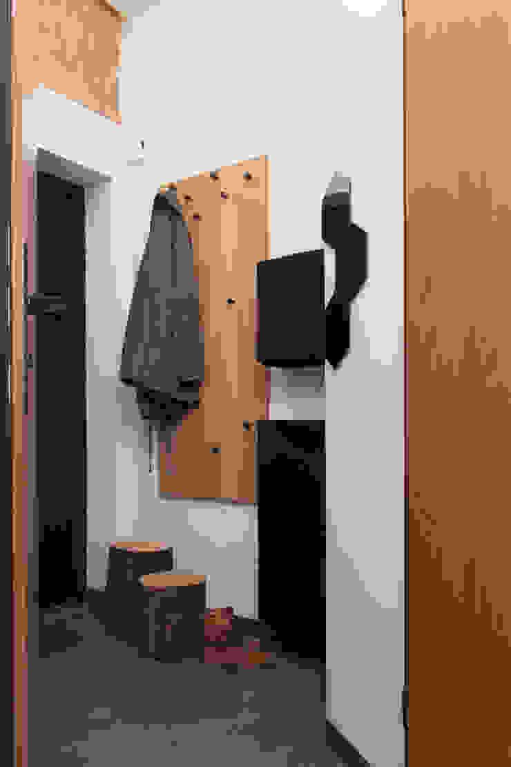 Kawalerka w Poznaniu Skandynawski korytarz, przedpokój i schody od Kraupe Studio Skandynawski