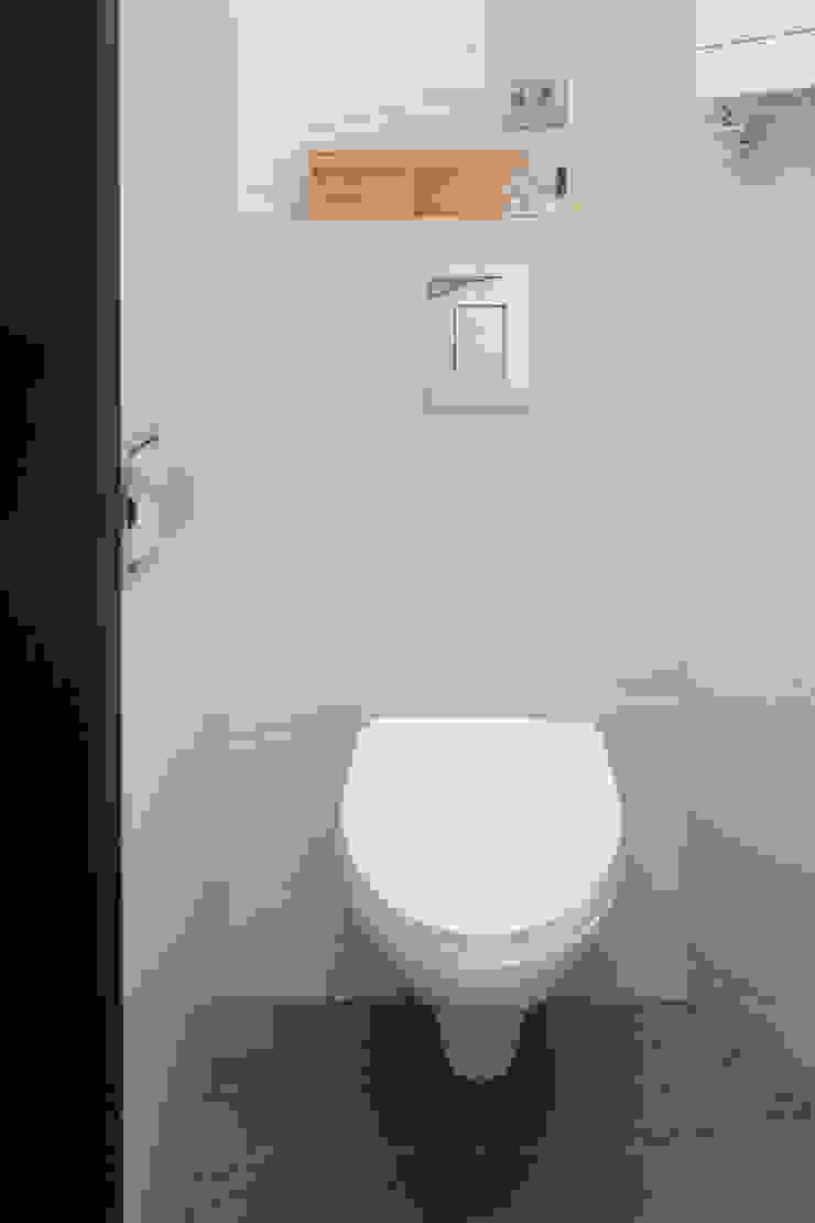 Kawalerka w Poznaniu Skandynawska łazienka od Kraupe Studio Skandynawski