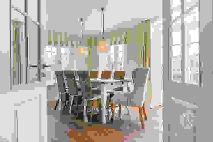 Столовая комната в стиле кантри от Home Staging Sylt GmbH Кантри