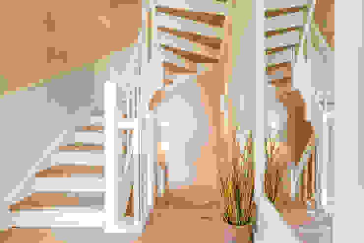 Couloir, entrée, escaliers ruraux par Home Staging Sylt GmbH Rural