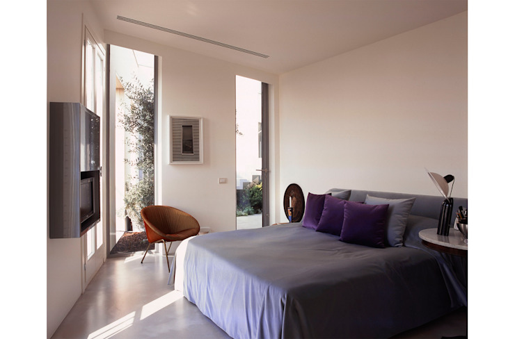 Master bedroom Modern Bedroom by 8&A Architetti Modern