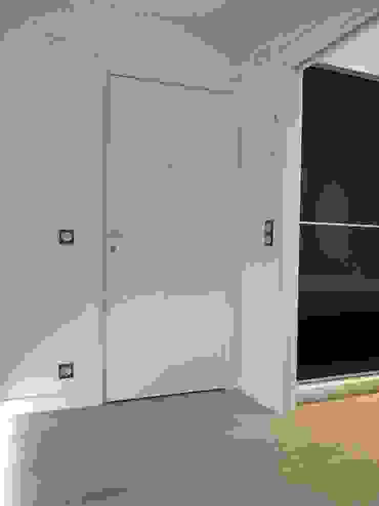 REFORMA DE PEQUEÑA VIVENDA CON TERRAZA. Pasillos, vestíbulos y escaleras de estilo moderno de ERRASTI Moderno
