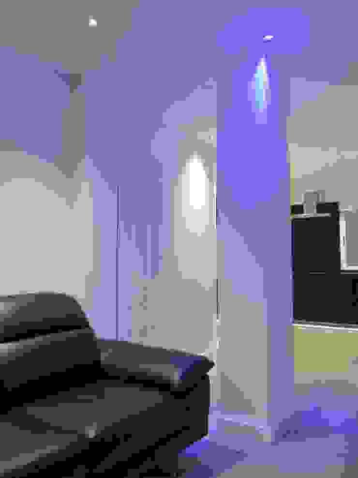 PILAR SALON ILUMINADO INDIRECTAMENTE CON LUZ LED AZUL. Salones de estilo moderno de ERRASTI Moderno