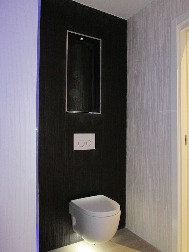 REFORMA DE PEQUEÑA VIVENDA CON TERRAZA. Baños de estilo moderno de ERRASTI Moderno