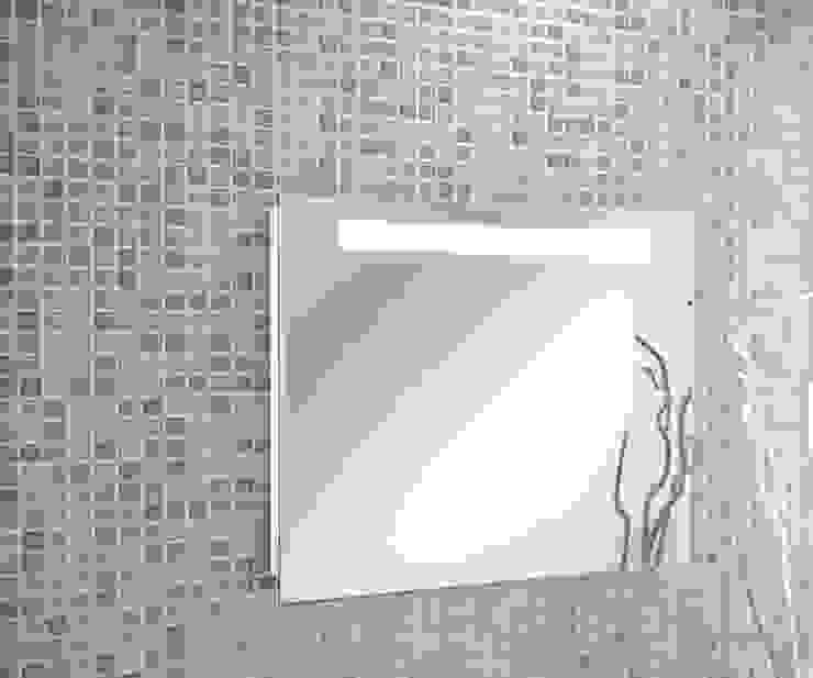 Espejo una barra iluminación led integrada de homify Minimalista