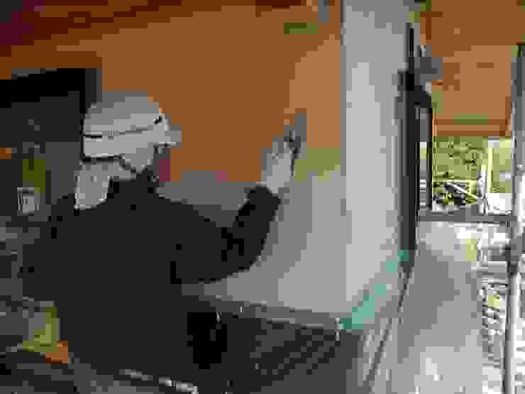 漆喰塗り 和風スタイルの 壁&フローリングデザイン の 中村茂史一級建築士事務所 和風