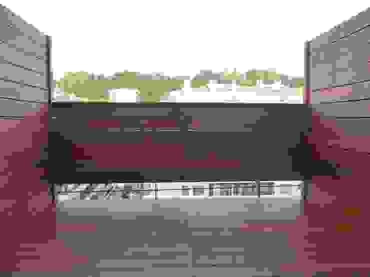 VISTA GENERAL DE TERRAZA TERMINADA. Balcones y terrazas de estilo moderno de ERRASTI Moderno
