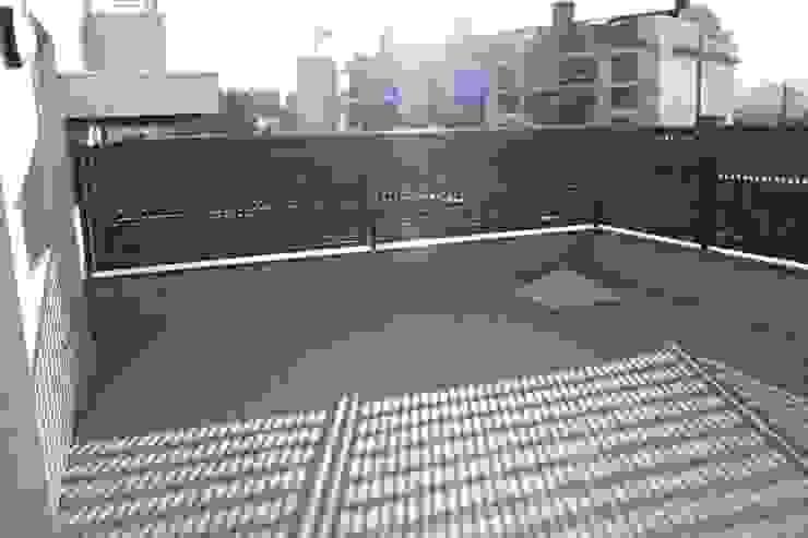 ANTES DE REFORMA. Balcones y terrazas de estilo moderno de ERRASTI Moderno