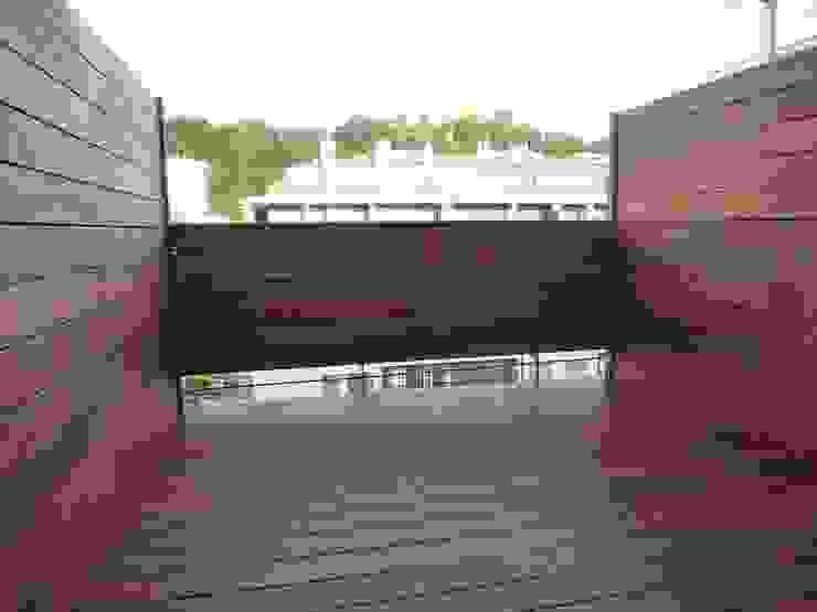 TERRAZA REFORMADA. REVESTIDA CON MADERA DE IPE Y TRATADA CON ACEITE PARA EXTERIOR. Balcones y terrazas de estilo moderno de ERRASTI Moderno