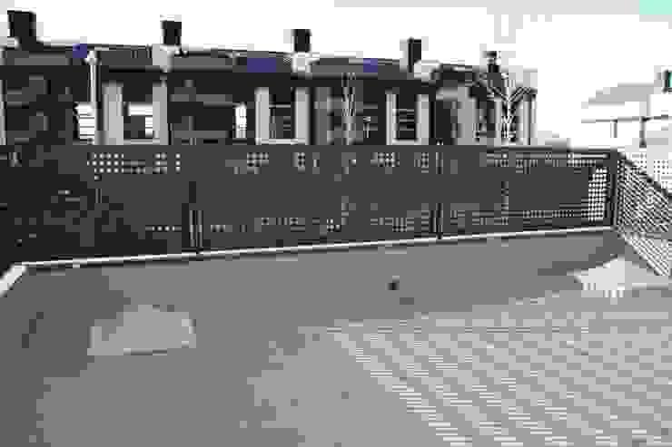 TERRAZA ANTES DE REFORMAR. Balcones y terrazas de estilo moderno de ERRASTI Moderno