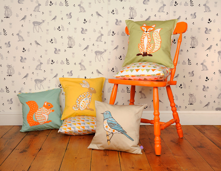 Decorative Animal Cushions and Wallpaper por Helen Gordon Escandinavo