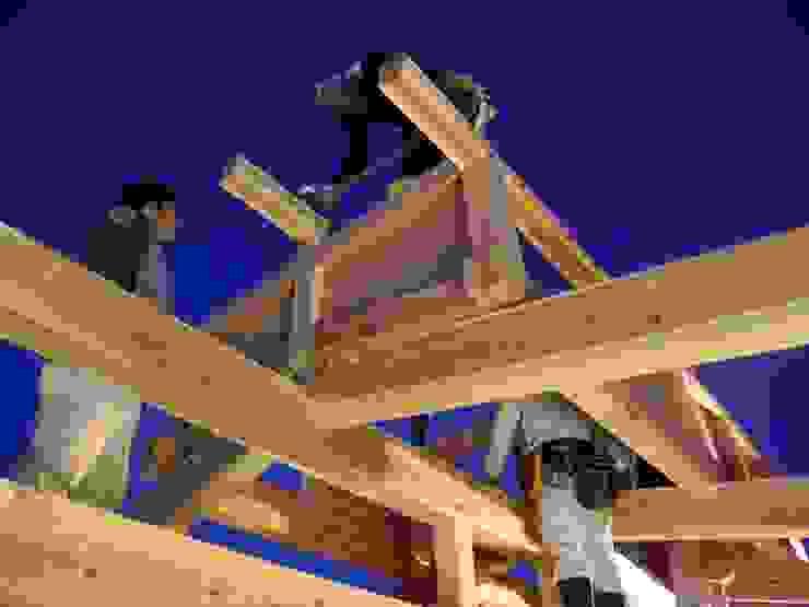 棟上げ風景4 日本家屋・アジアの家 の 中村茂史一級建築士事務所 和風