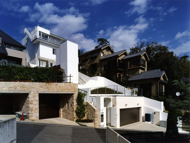斜面を生かした建物・植栽配置 モダンな 家 の 大塚高史建築設計事務所 モダン