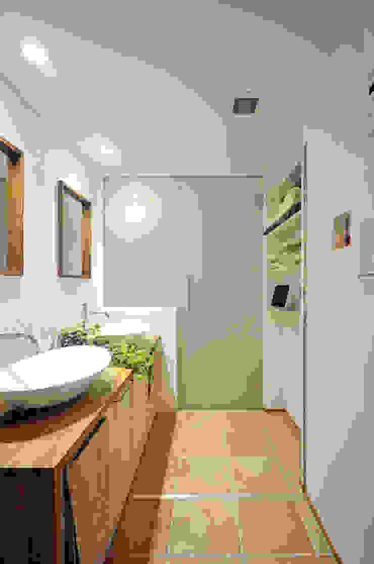 光が回る洗面所 北欧スタイルの お風呂・バスルーム の 大塚高史建築設計事務所 北欧
