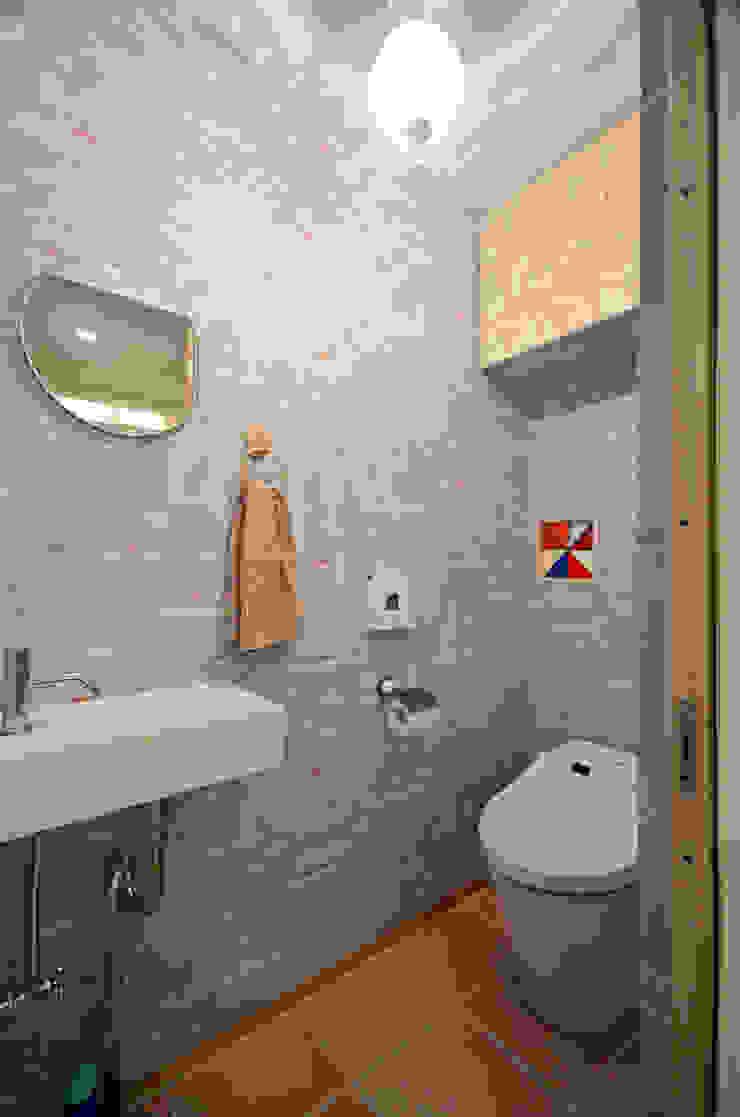 家族のつながりが感じられるトイレ 北欧スタイルの お風呂・バスルーム の 大塚高史建築設計事務所 北欧