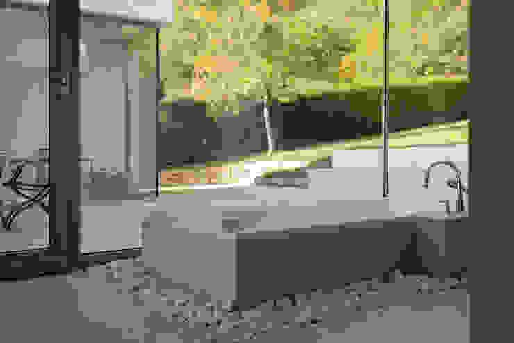 Wohnen zwischen Wald und Reben Minimalistische Badezimmer von Architekten BDA Becker   Ritzmann Minimalistisch