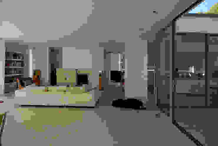 Wohnen zwischen Wald und Reben Minimalistische Wohnzimmer von Architekten BDA Becker   Ritzmann Minimalistisch
