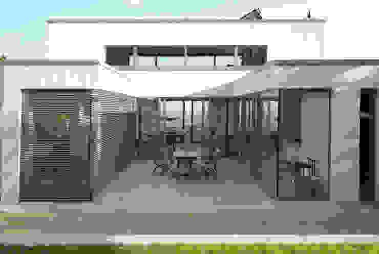 Wohnen zwischen Wald und Reben Minimalistischer Balkon, Veranda & Terrasse von Architekten BDA Becker   Ritzmann Minimalistisch