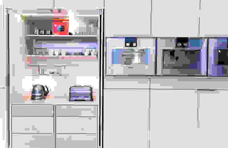 Luxusküche nach Maß, Einschubtüren für eine zusätzliche Arbeitsplatte, Gaggenau-Geräte Klocke Möbelwerkstätte GmbH Moderne Küchen