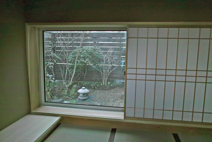 茶室より北側庭を眺める モダンな庭 の 野草の庭・茶庭づくり 風(ふわり) モダン